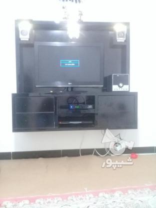 یک تلویزیون ال سی دی الجی 32 همراه میزدیواری